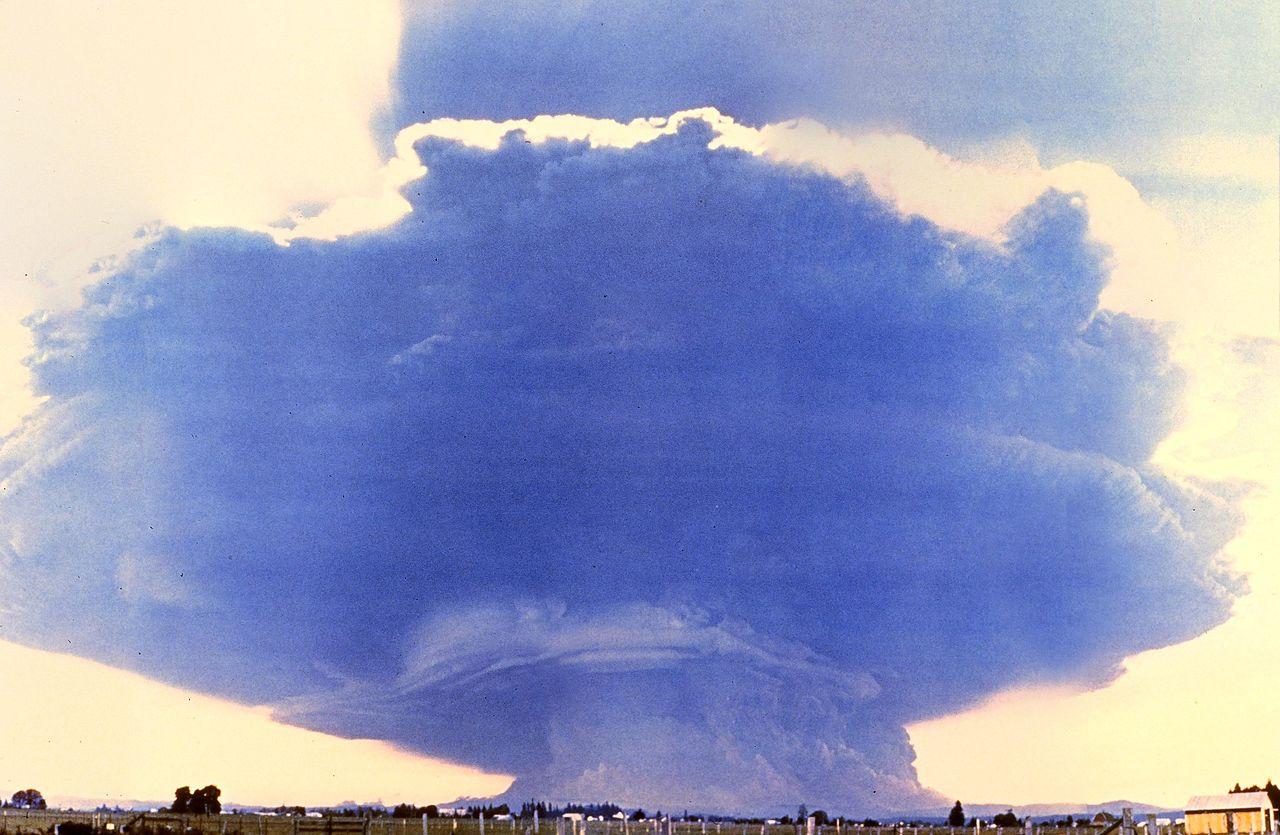 1280px-MtStHelens_Mushroom_Cloud